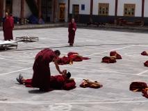 Mönche liegen auf dem Fußboden des Klosterhofs