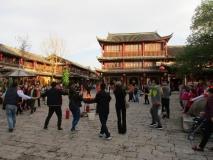 Spontaner Gemeinschaftstanz in Lijiang