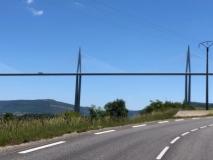 Oben, links neben linken Pfeiler, fährt ein LKW (nur, um die Größenverhältnisse zu verdeutlichen)