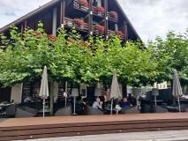 Kaffeepause in Sarnen unterm Blätterdach